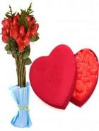 Ramo de rosas y  estuche con chucherias de corazón